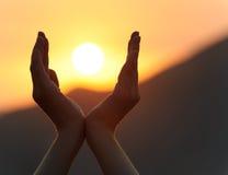 Puesta del sol en manos Fotografía de archivo libre de regalías