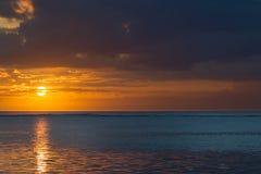 Puesta del sol en Mauricio Imagenes de archivo