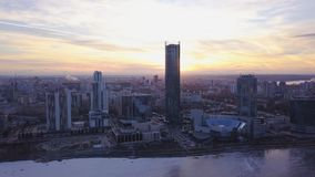 Puesta del sol en megapolis clip Paisaje urbano hermoso con la opinión superior sobre rascacielos Vista superior de una puesta de Foto de archivo