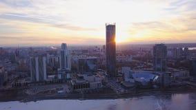 Puesta del sol en megapolis clip Paisaje urbano hermoso con la opinión superior sobre rascacielos Vista superior de una puesta de Imagen de archivo