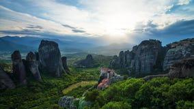 Puesta del sol en Meteora, Grecia imágenes de archivo libres de regalías