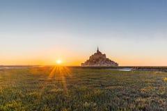 Puesta del sol en Mont Saint Michel en Francia Fotografía de archivo