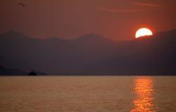 Puesta del sol en montaña. Fotografía de archivo libre de regalías
