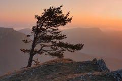 Puesta del sol en montaña Fotos de archivo