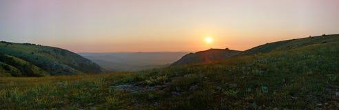 Puesta del sol en montaña Foto de archivo