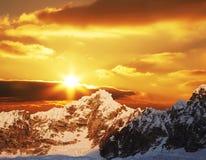 Puesta del sol en montaña de las cordilleras Foto de archivo libre de regalías