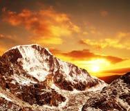 Puesta del sol en montaña de las cordilleras Foto de archivo