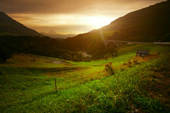 Puesta del sol en montaña hermosa Fotos de archivo libres de regalías