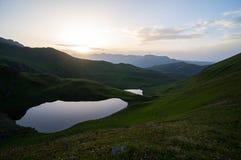 Puesta del sol en montañas fotografía de archivo libre de regalías