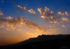 Puesta del sol en montañas Fotografía de archivo