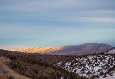 Puesta del sol en montañas Foto de archivo