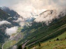 Puesta del sol en montañas alpinas del otoño Imagenes de archivo