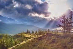 Puesta del sol en montañas Altai, Rusia Imágenes de archivo libres de regalías