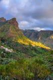 Puesta del sol en montañas del noroeste de Tenerife cerca del pueblo de Masca, C Imagen de archivo libre de regalías
