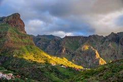 Puesta del sol en montañas del noroeste de Tenerife cerca del pueblo de Masca, C Fotos de archivo libres de regalías