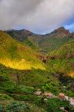Puesta del sol en montañas del noroeste de Tenerife cerca del pueblo de Masca, C Imágenes de archivo libres de regalías