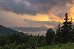 Puesta del sol en montañas Fondo colorido tranquilo Plantas de las montañas imagen de archivo libre de regalías