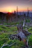 Puesta del sol en montañas gigantes Foto de archivo
