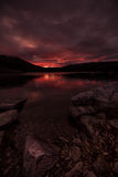 Puesta del sol en montañas noruegas Puesta del sol del rojo del otoño Fotos de archivo libres de regalías