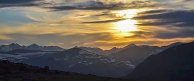 Puesta del sol en montañas rocosas imagen de archivo