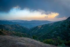 Puesta del sol en montañas y nubes Fotografía de archivo libre de regalías