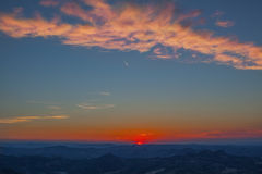 Puesta del sol en moutains Imagen de archivo libre de regalías
