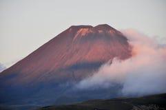 Puesta del sol en Mt Ngauruhoe, Nueva Zelandia Fotografía de archivo libre de regalías