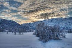 Puesta del sol en Noruega nevosa Imagen de archivo libre de regalías