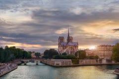 Puesta del sol en Notre-Dame Imágenes de archivo libres de regalías