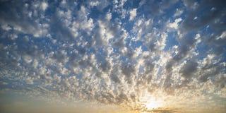 Puesta del sol en nubes mullidas Imagen de archivo