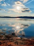 Puesta del sol en nuestro lago hermoso fotos de archivo