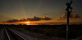 Puesta del sol en Ohio en una travesía de ferrocarril Fotografía de archivo libre de regalías