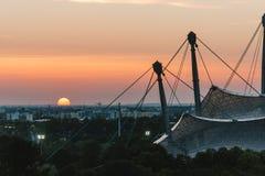 Puesta del sol en Olympia Park en Munich Foto de archivo libre de regalías