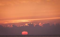 Puesta del sol en Oresund fotografía de archivo