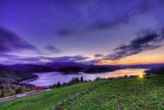 Puesta del sol en paisaje del lago y de la montaña Bicaz Imagen de archivo libre de regalías