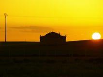 Puesta del sol en palomar en campo Foto de archivo