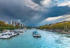 Puesta del sol en París al lado de río Sena Fotos de archivo