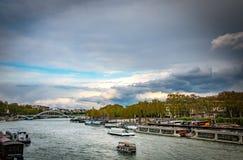 Puesta del sol en París al lado de río Sena Fotografía de archivo libre de regalías