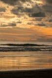 Puesta del sol en playa dominical Fotografía de archivo