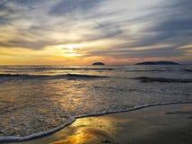 Puesta del sol en playa fotos de archivo