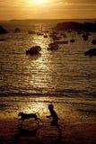 Puesta del sol en Porth Diana foto de archivo