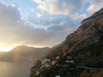 Puesta del sol en Praiano, costa de Amalfi fotos de archivo