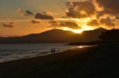Puesta del sol en Puerto del Carmen en Canarias de Lanzarote en España Imágenes de archivo libres de regalías