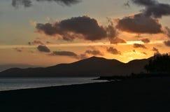 Puesta del sol en Puerto del Carmen en Canarias de Lanzarote en España Foto de archivo