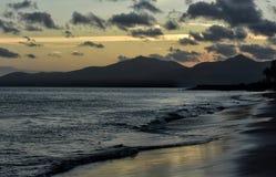 Puesta del sol en Puerto del Carmen en Canarias de Lanzarote en España Imagen de archivo libre de regalías