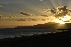 Puesta del sol en Puerto del Carmen en Canarias de Lanzarote en España Foto de archivo libre de regalías