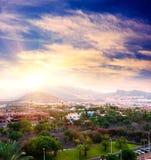 Puesta del sol en Puerto de la Cruz, Tenerife, España. Centro turístico turístico del hotel. Puesta del sol Imagen de archivo libre de regalías