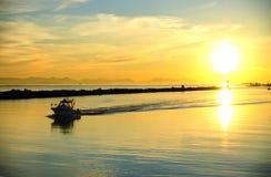Puesta del sol en puerto deportivo del pueblo de Steveston con mountai de la isla de Vancouver Foto de archivo libre de regalías