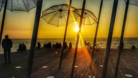 Puesta del sol en puerto del ` s de Salónica foto de archivo