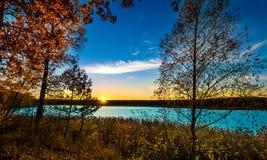 Puesta del sol en reserva de agua del río Foto de archivo